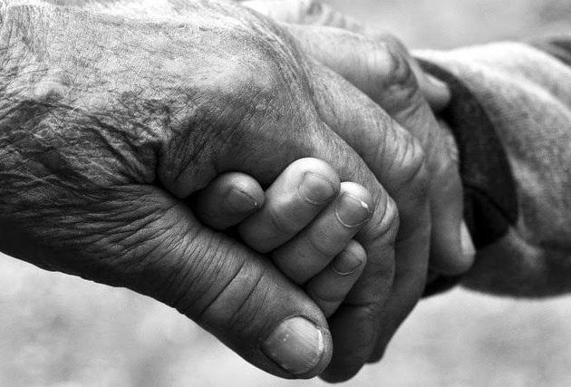 Una mano amiga cuida de los que más quieres