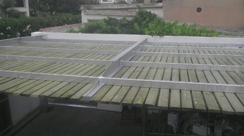 Pergola dehierro galvanizado  madera tropical vista de la parte de arriba