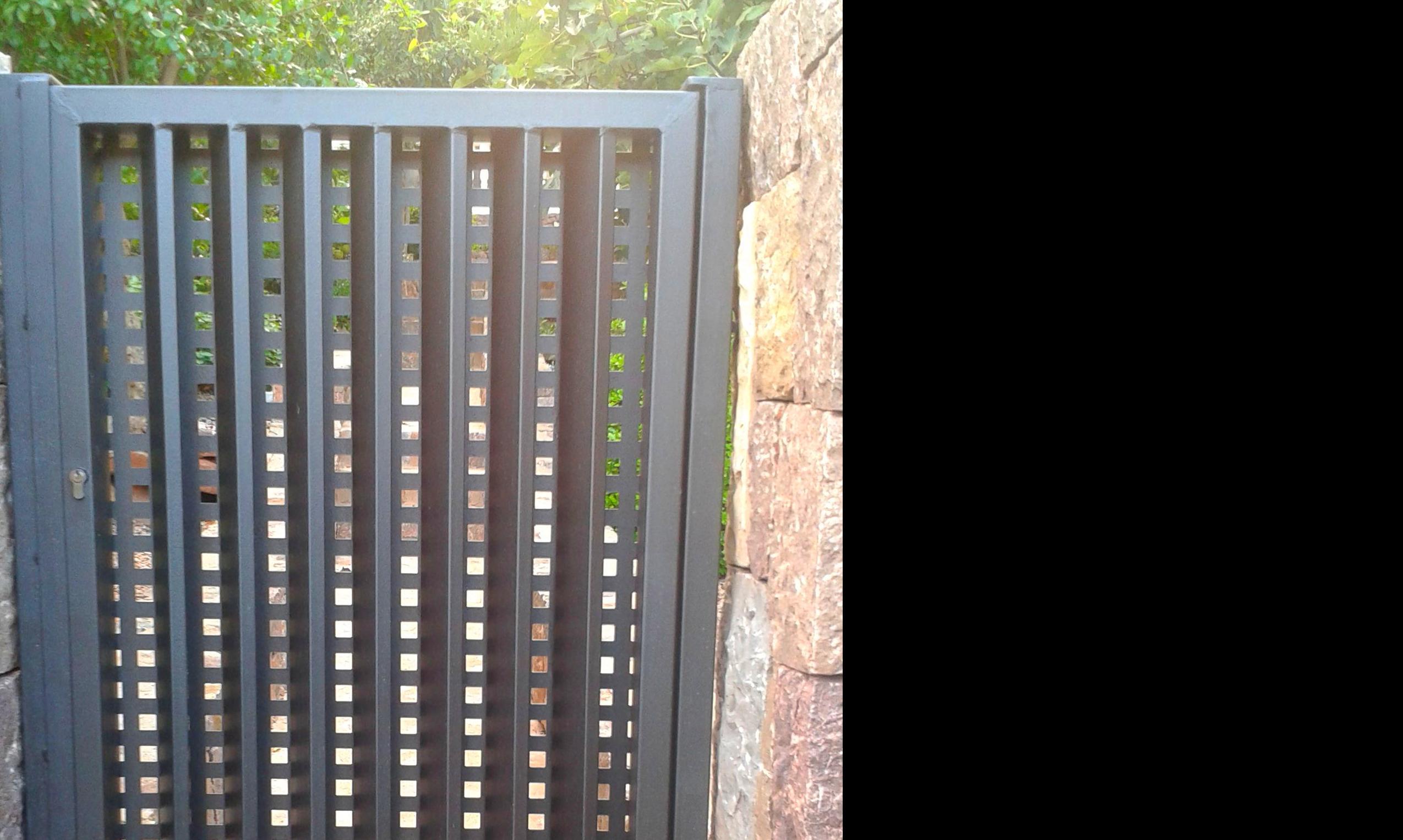 Puerta peatonal en chalet en la sella