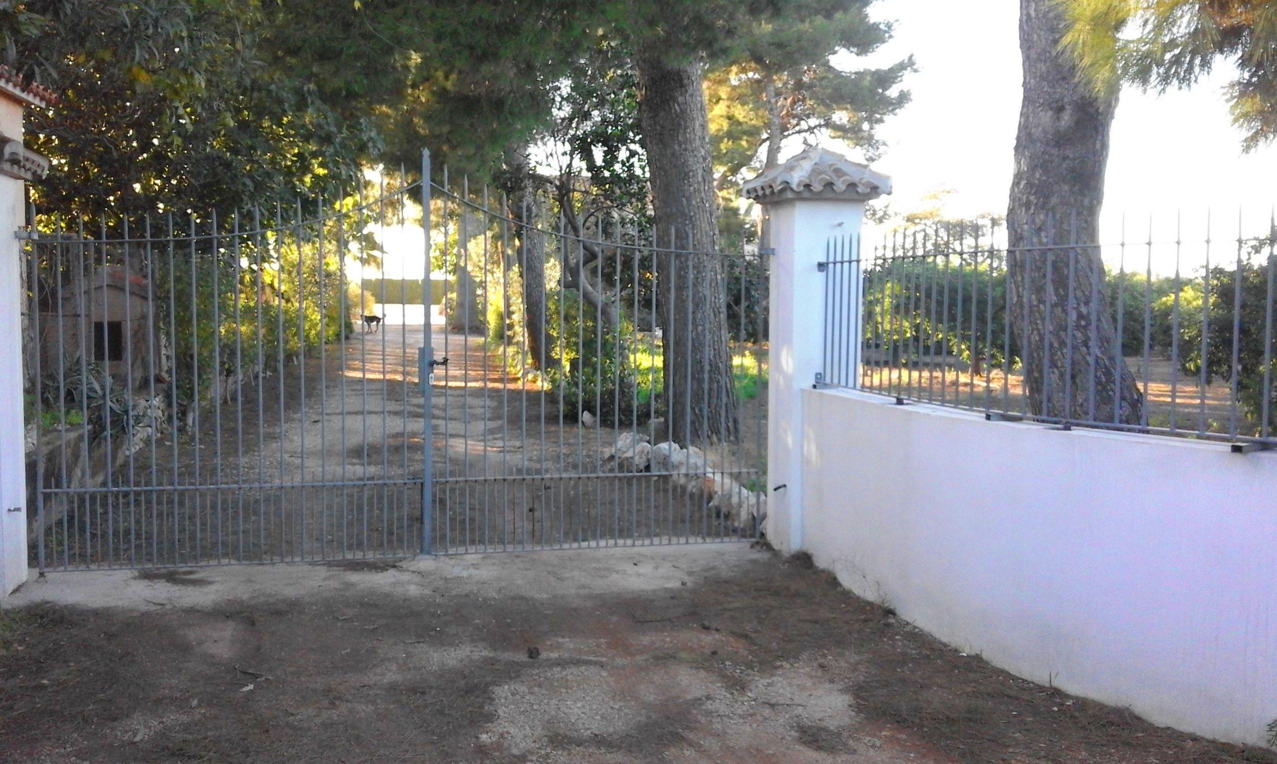 Puerta y barandilla de forja en Denia