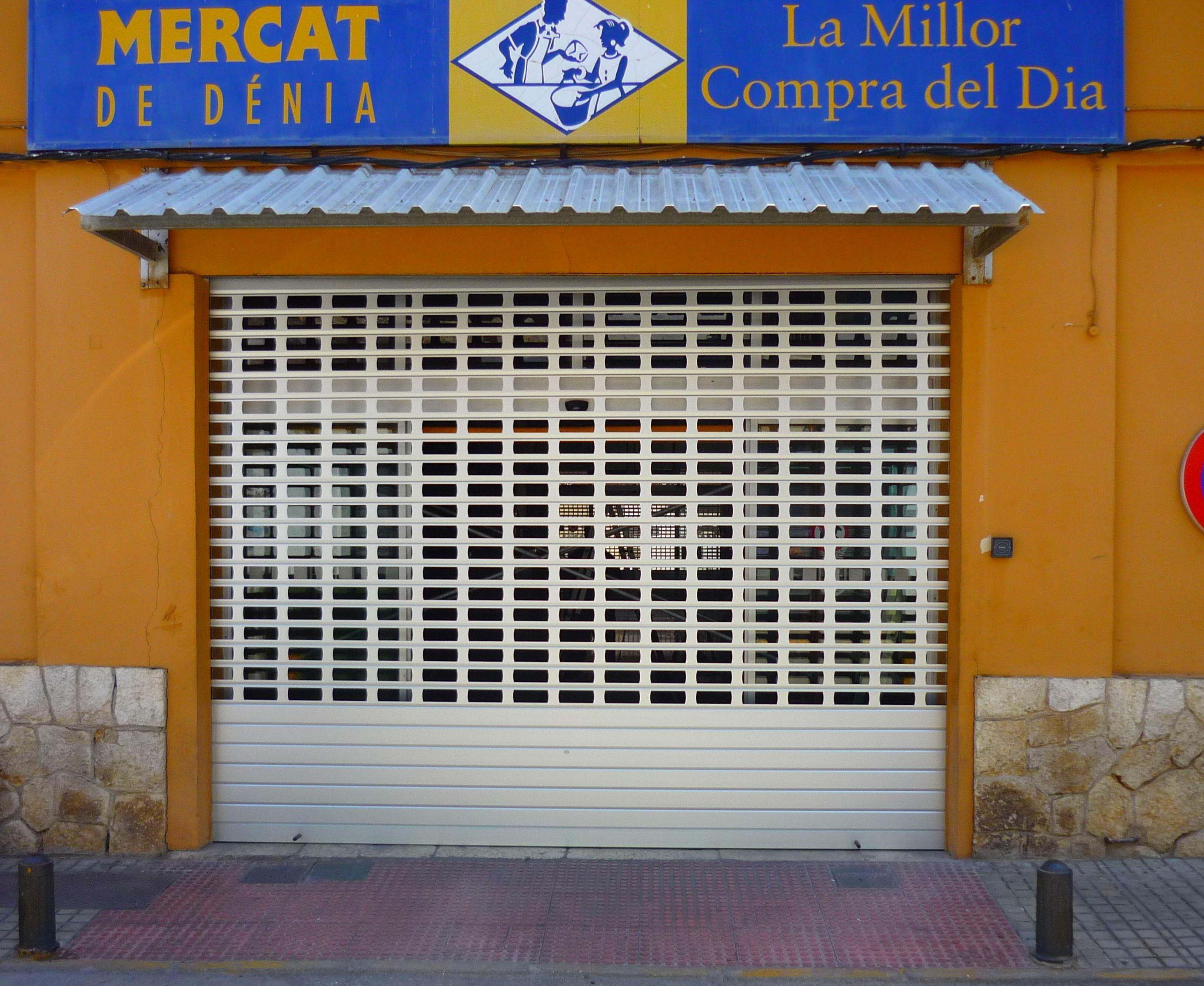 Puerta aluminio entrada mecado municipal