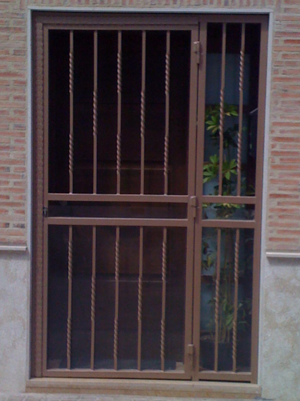 Cancelas de hierro para comunidades o casas particulares for Puertas de metal para casa