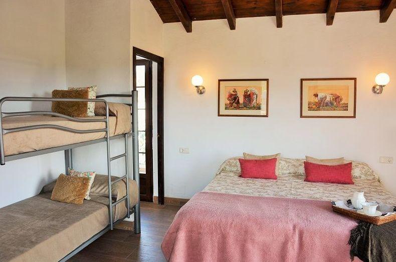 Habitación con cama de matrimonio y litera de dos camas