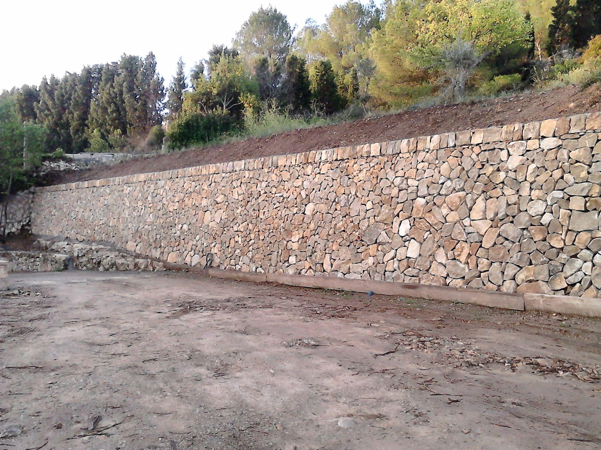 paredes con piedra natural y columnas