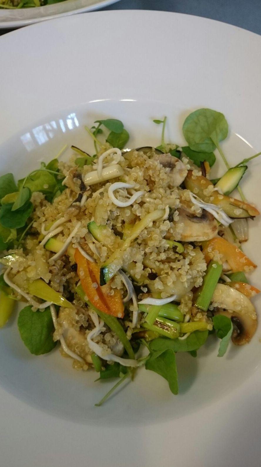 Ensalada tibia de quinoa y gulas