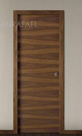Puerta lisa en madera de nogal veteado
