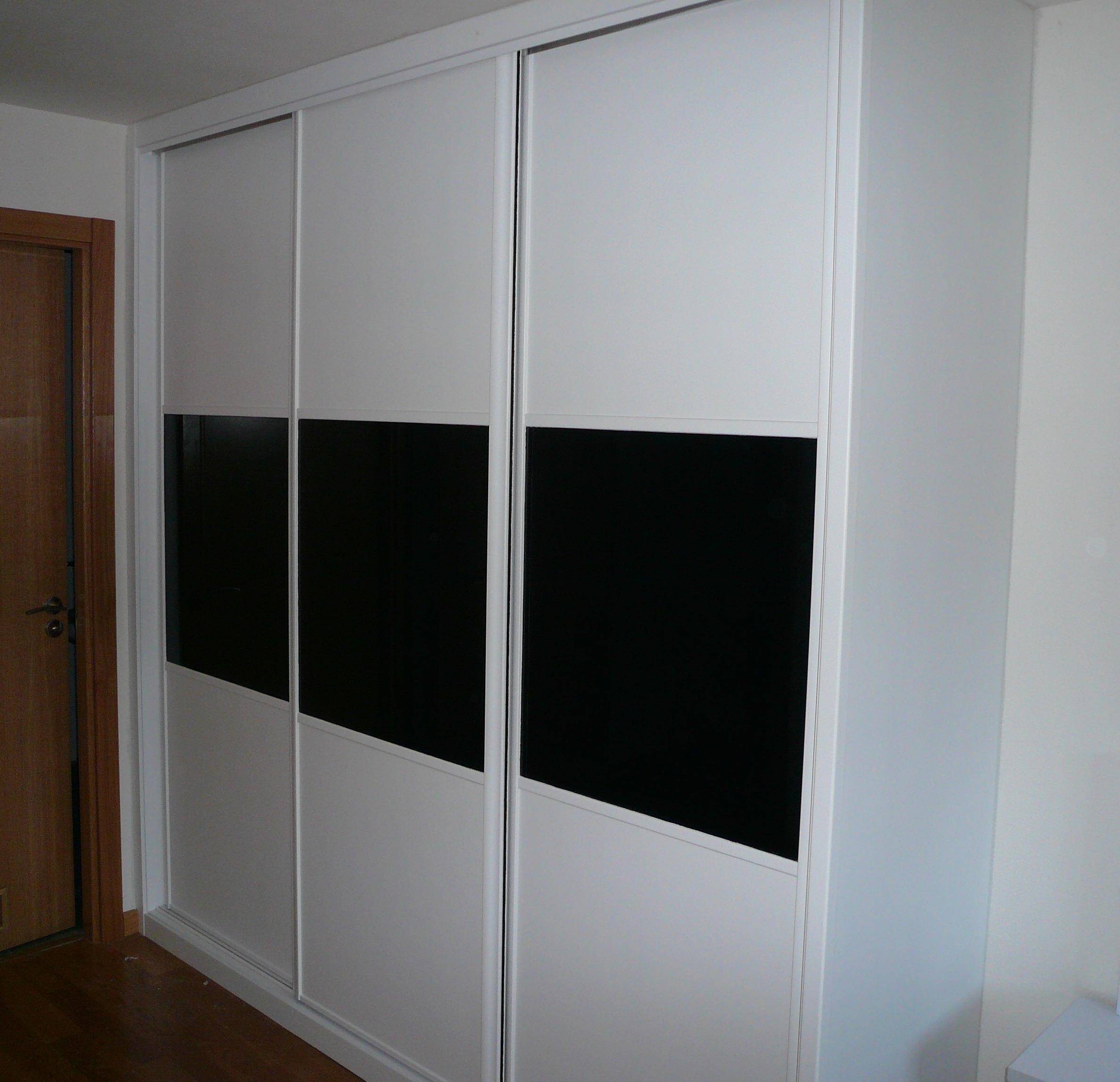 Armario blanco con puertas correderas carpinter a en - Armarios empotrados pamplona ...