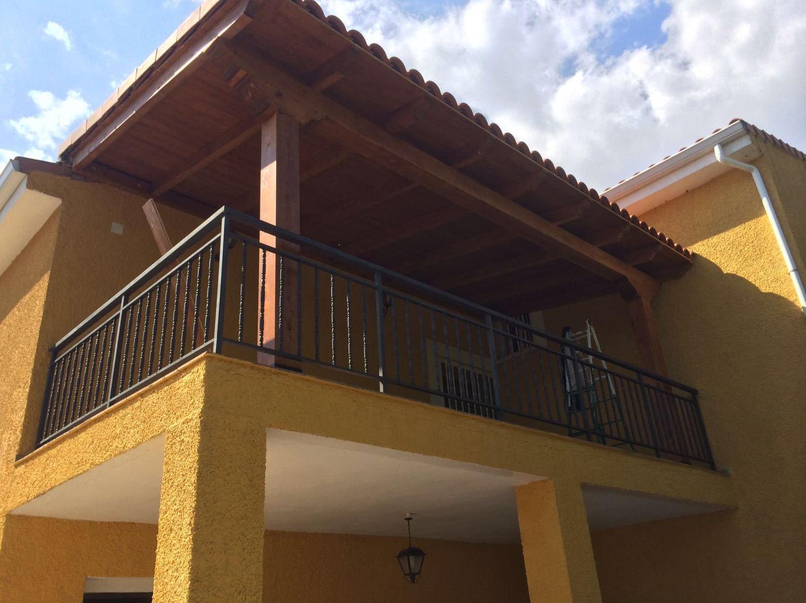 Terrazas para piscinas jacuzzi spa mini piscina cubierta for Suelo de madera terraza