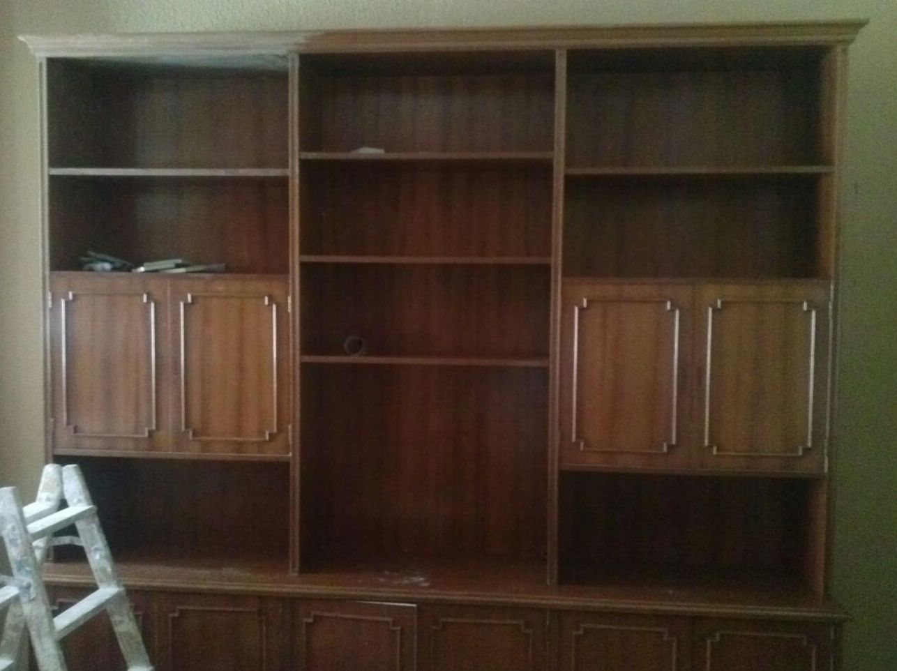 C mo restaurar un mueble viejo de sal n for Pintar un mueble de blanco