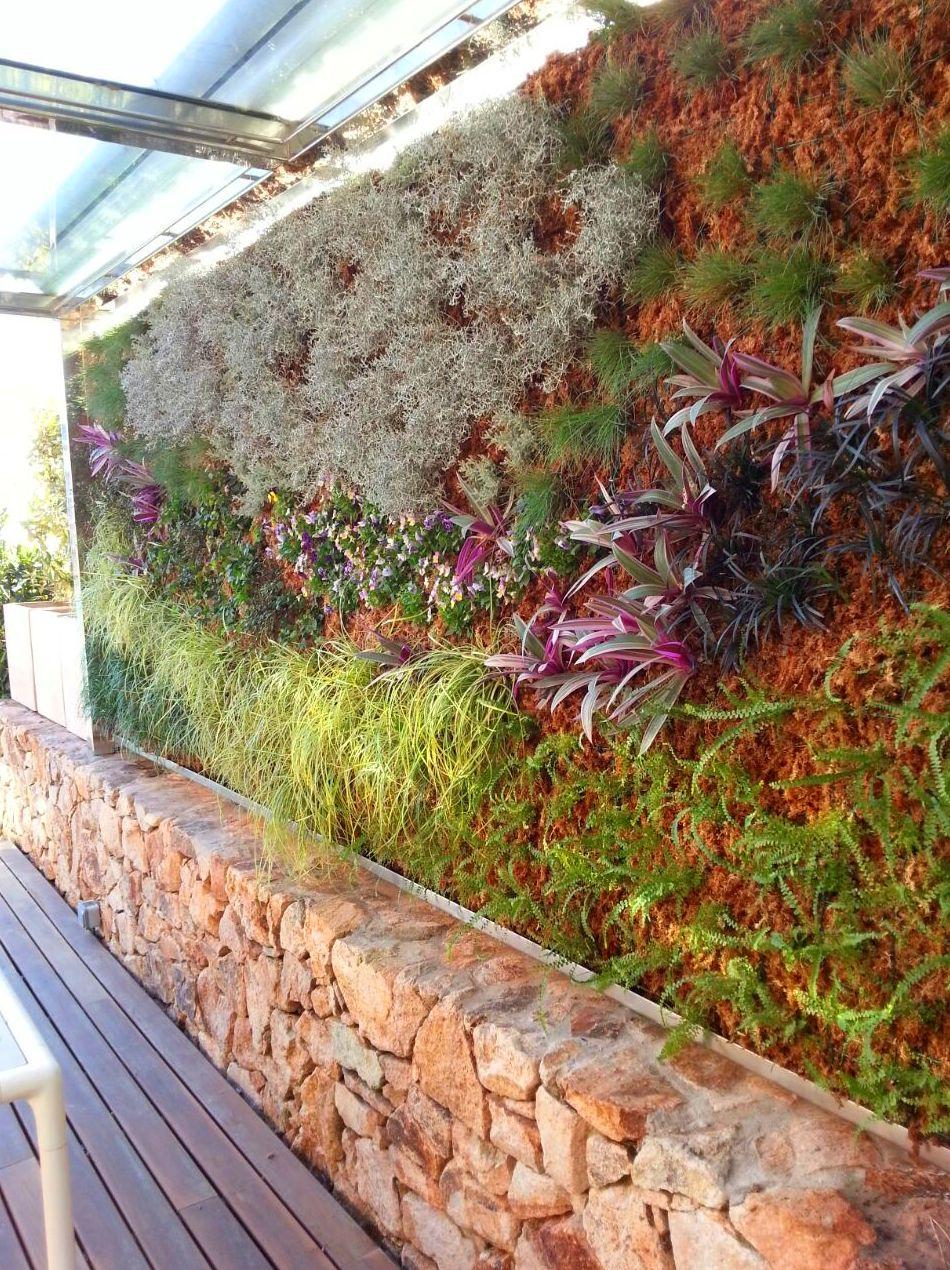 jardin vertical finalizado vista desde el interior de la terraza