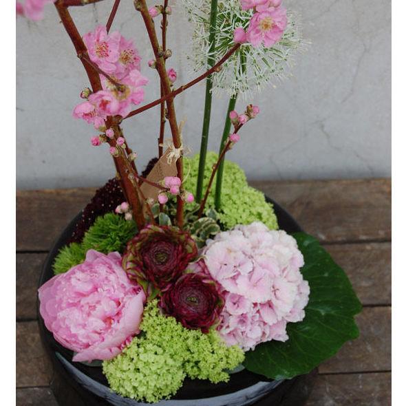 Centro con melocotonero, allium, viburnum, hortensia, ranúnculo, peonía...