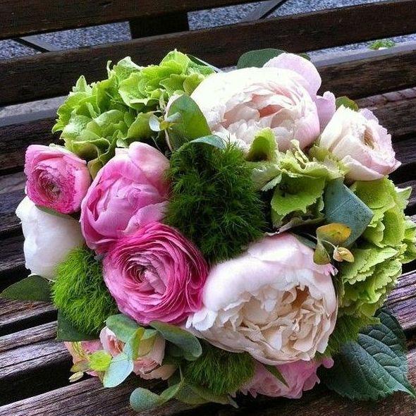 Bouquet de poenías y hortensia