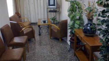 Sala de estar equipada con televisión