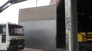 Puerta basculante tipo pre leva cambio de cajón golpeado en el Romaní Valencia/Farem Puertas automáticas