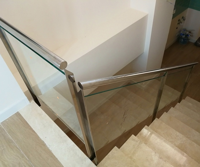 Barandilla de acero inoxidable y vidrio diseñada y fabricada a medida para vivienda particular.