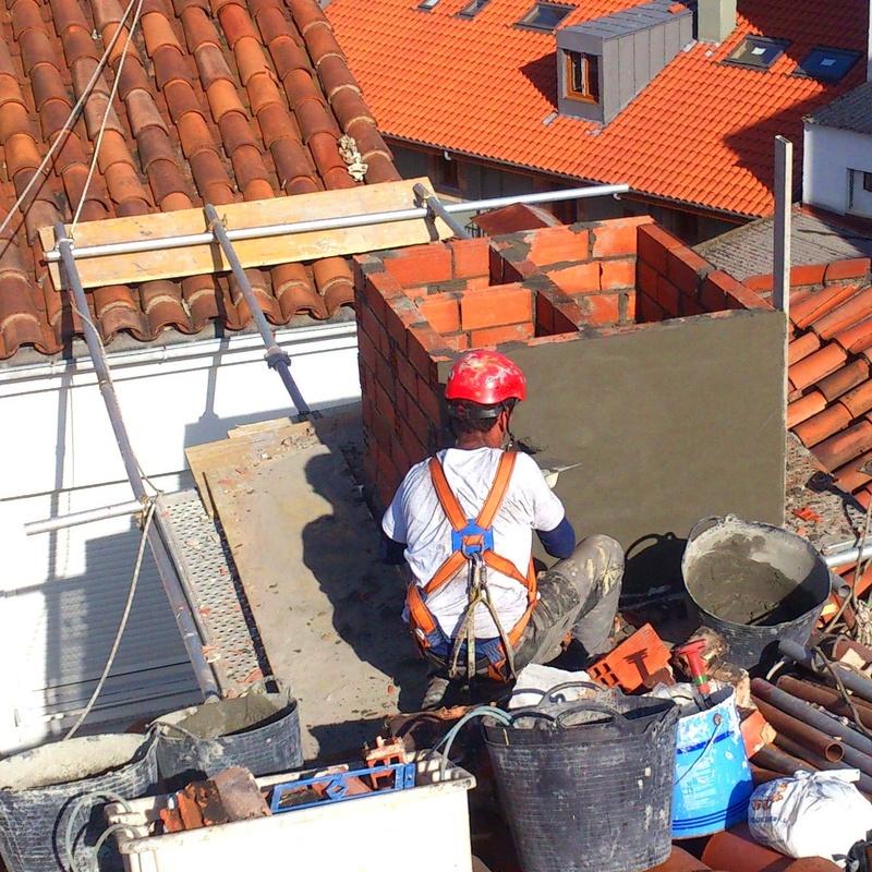 Albañilería y construcción. Trabajos en altura. Reforma de chimenea.