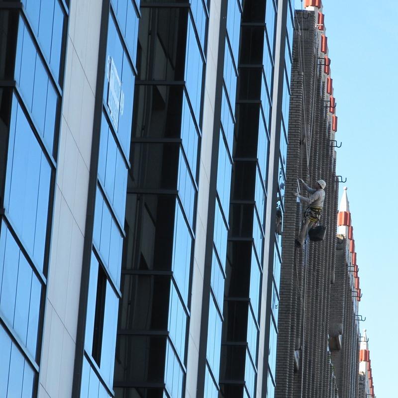 Impermeabilización de fachada con trabajos verticales en Santander.