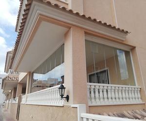 Cerramiento de puertas de aluminio y techo fijo de vidri mate