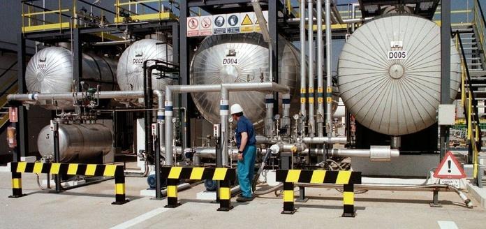La fuga de amoniaco en una fábrica de Tarragona causa la muerte de un trabajador y 15 heridos.