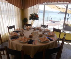 Mesa decorado junto al mar en el Restaurante La Marina