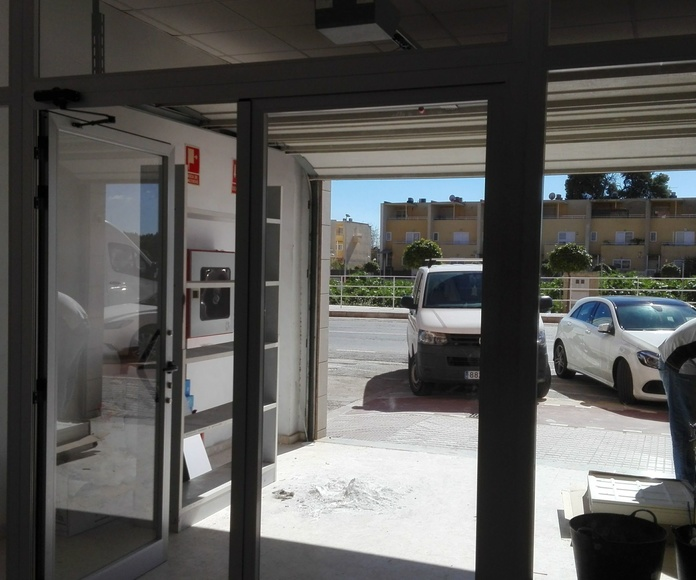 frente de aluminio y cristal puertas batientes PAIPORTA
