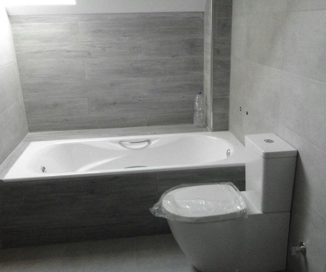 Materiales y colores de moda en la reforma de baño