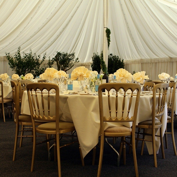 Consejos para la celebración de tu banquete de bodas en una carpa