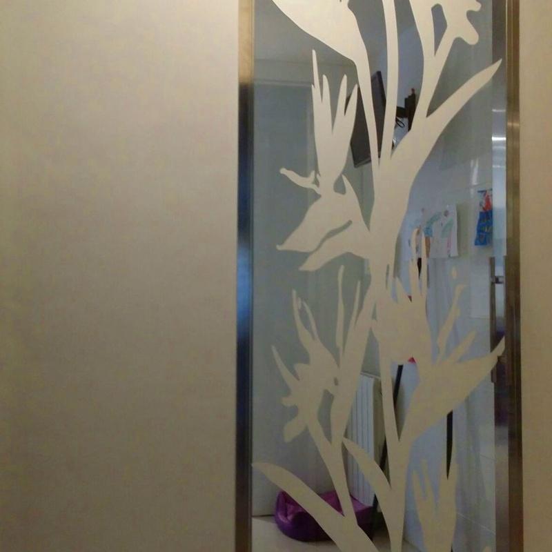 Puerta corredera guia acero y cristal decorado