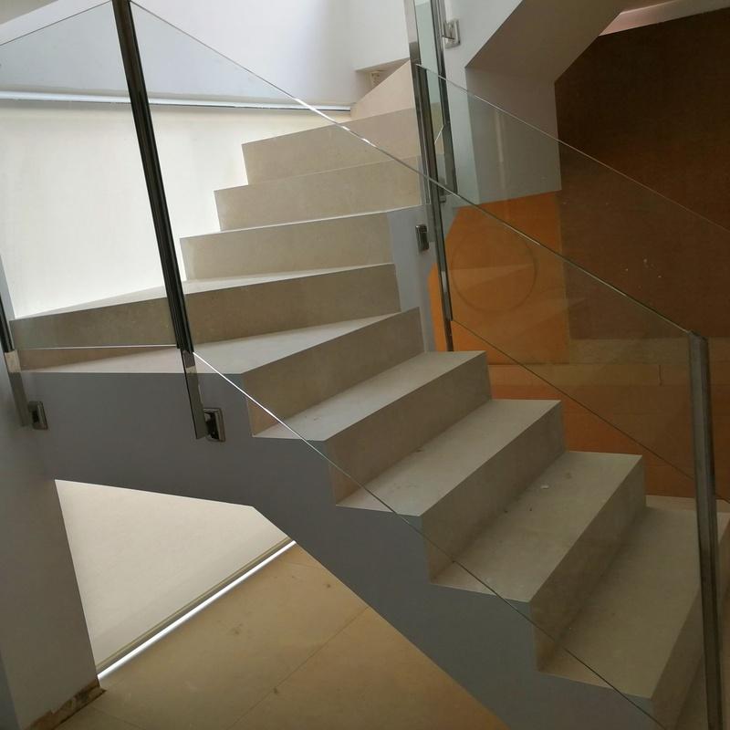 Barandilla de acero inoxidable y vidrio de seguridad diseñada y fabricada a medida para vivienda particular.