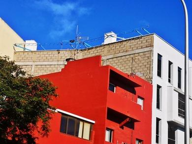 Andamio eléctrico de raíl para revestimiento de fachada. Obra nueva en La Laguna.