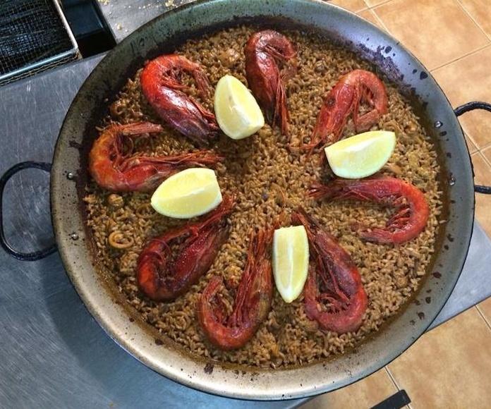 Paella de arroz rojo