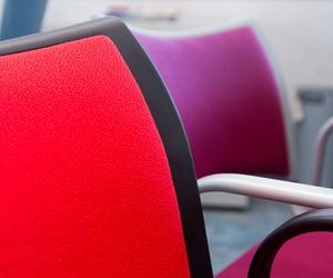 Variedad de sillas cómodas y ergonómicas