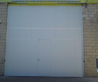 Puerta seccional con puerta de servicio, motorizada: Trabajos de Cerrajería Alberto Bautista