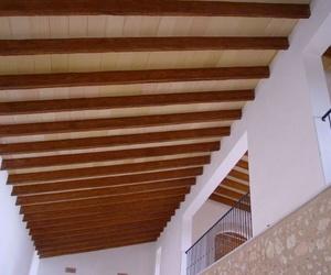 El encanto de las vigas de madera vistas en el techo