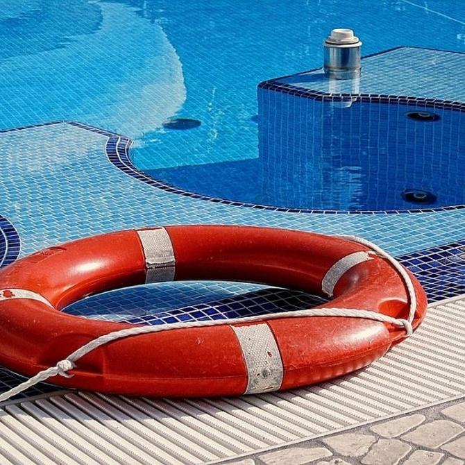 ¿Tengo que contratar un socorrista para la piscina?