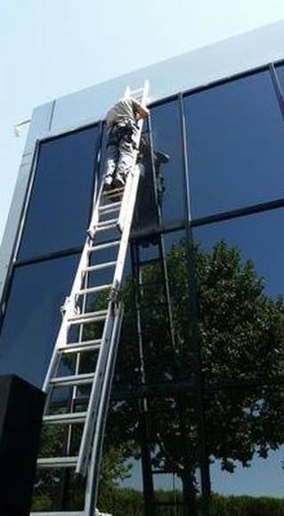 Limpieza de fachada acristalada en edificio de oficinas