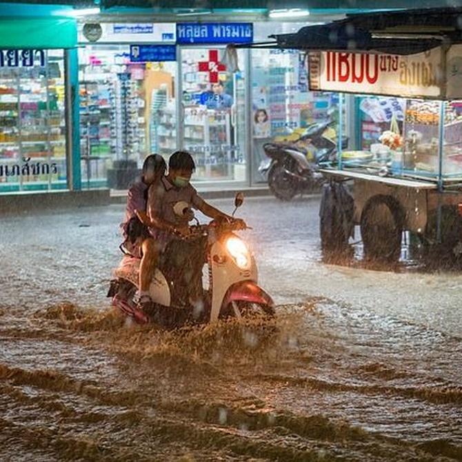 ¿Cómo has de manejar una moto con lluvia?