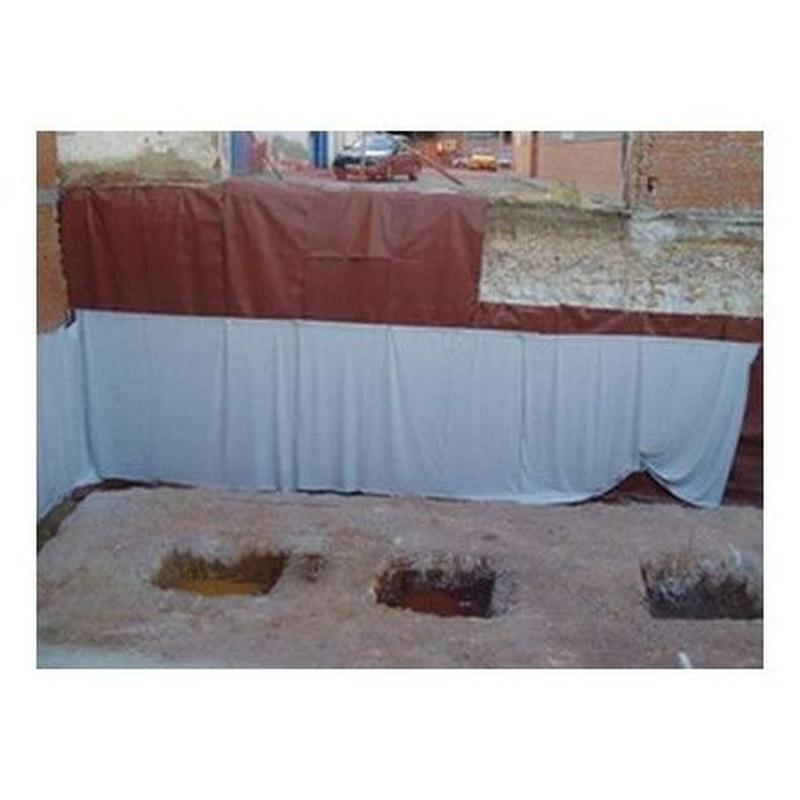 Impermeabilización de vaso de excavación mediante lámina y lámina de PVC para su posterior encofrado mediante muros pantalla.