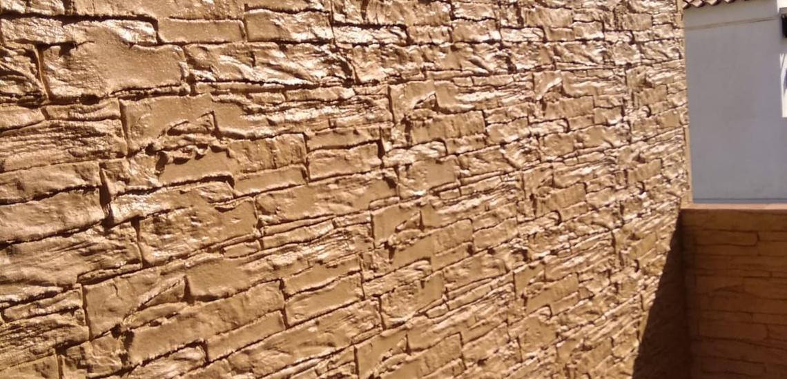 Fachada de hormigón impreso vertical en Sevilla