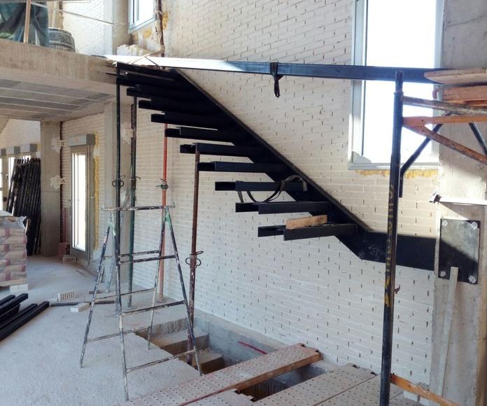 Escalera completa entre forjados de hierro imprimado.