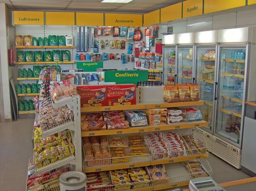Interior de la tienda de la gasolinera