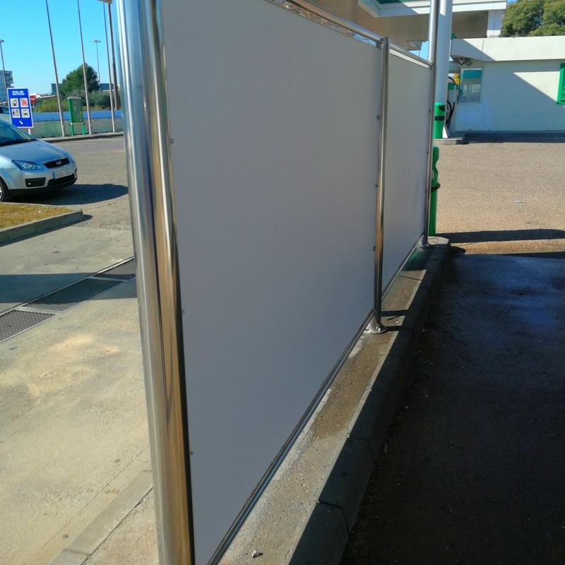 Mamparas de separación de acero inoxidable para exteriores.