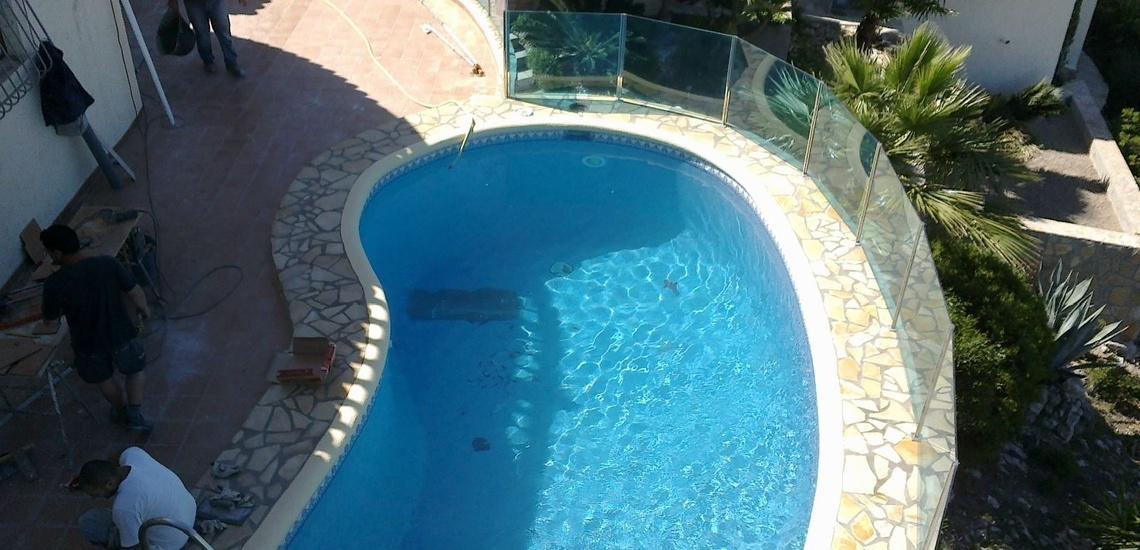 Barandillas de cristal para separación de piscinas en Jávea