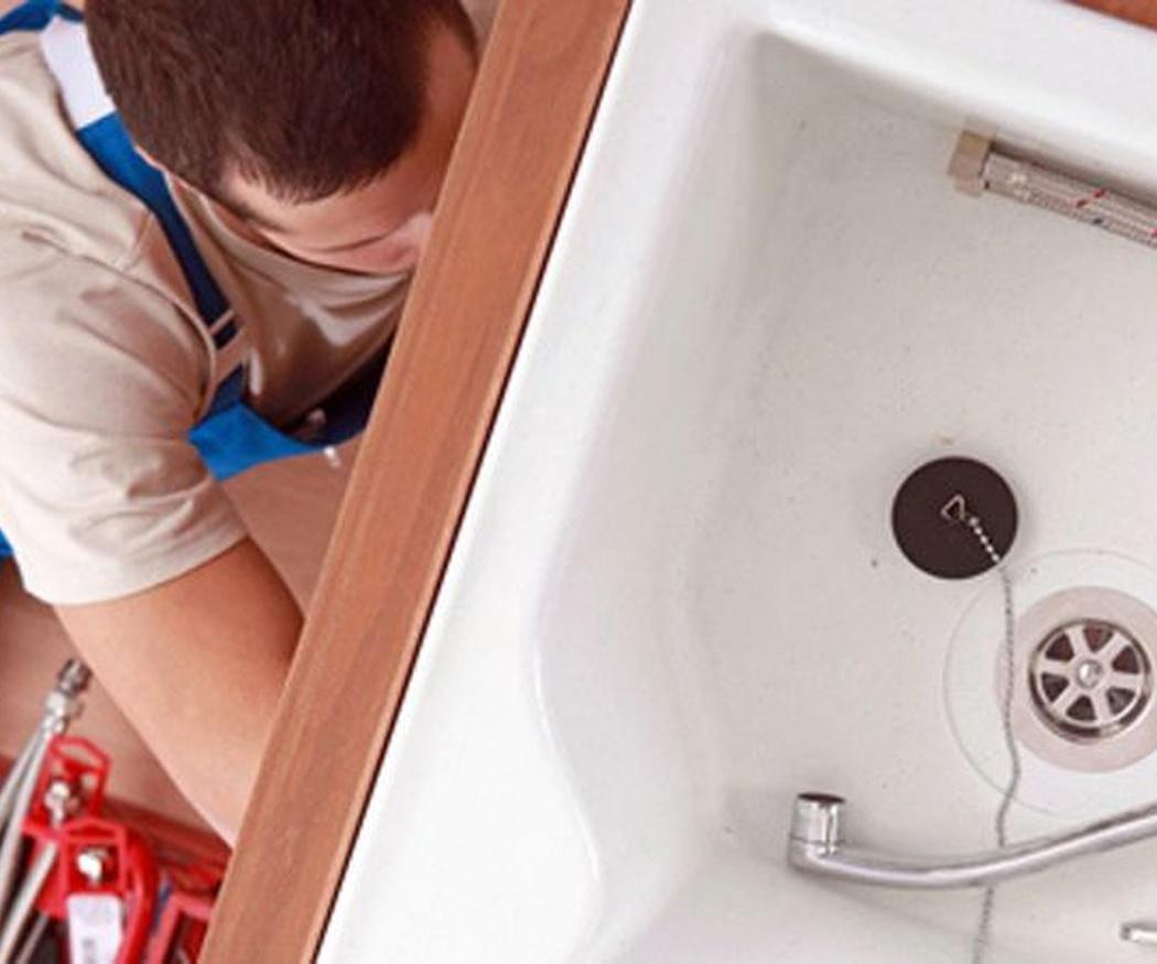 Mantén limpios los desagües con bicarbonato, vinagre y agua con sal