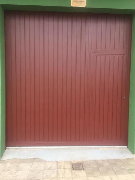 Puerta corredera con peatonal insertada en color marrón