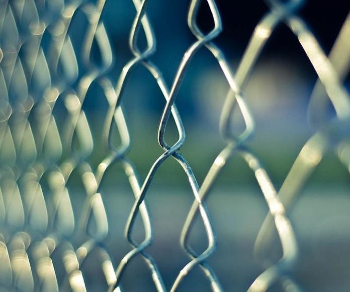 Mallas y postes para cerramientos: Productos de Hierros y Aceros del Condado