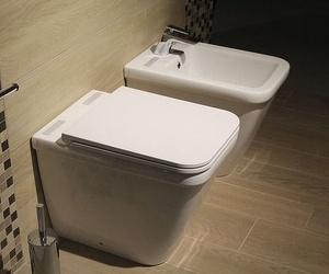 Reforma de baño. Sanitario blanco