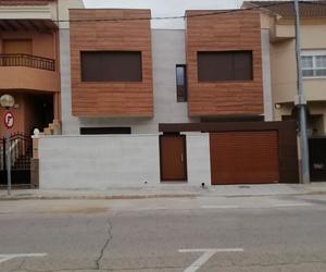 Seredacon, Vivienda Nueva A <<Unifamiliar entre medianeras>> vista fachada de placado mecanizado