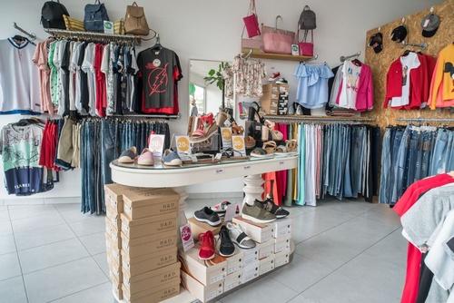 Vista general de ropa y zapatos de Nu closet Shop