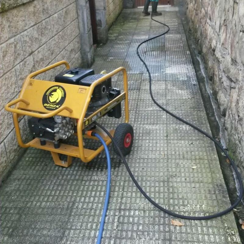 limpieza de muros con máquina a presión
